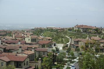 1200px-View_of_Turtle_Ridge_homes_-_panoramio.jpg