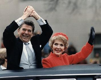 607px-The_Reagans_waving_from_the_limousine_during_the_Inaugural_Parade_1981.jpg
