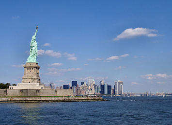 640px-Liberty-statue-with-manhattan.jpg