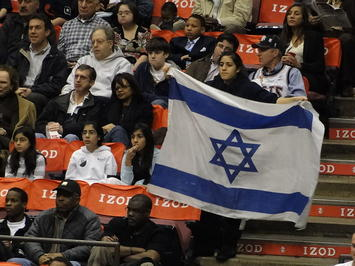 800px-Jewish_Family_Night_Izod_Center.jpg