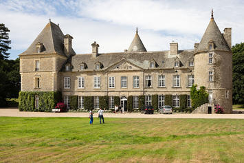 Façade_du_château_de_Tocqueville,_Tocqueville,_France-2.jpg