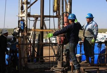 Oil workers.JPG.scale.LARGE.JPG