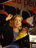 512px-Hénin-Beaumont_-_Marine_Le_Pen_au_Parlement_des_Invisibles_le_dimanche_15_avril_2012_(M).JPG