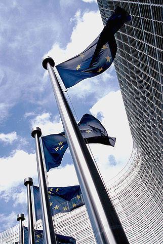 322px-European_flag_outside_the_Commission.jpg